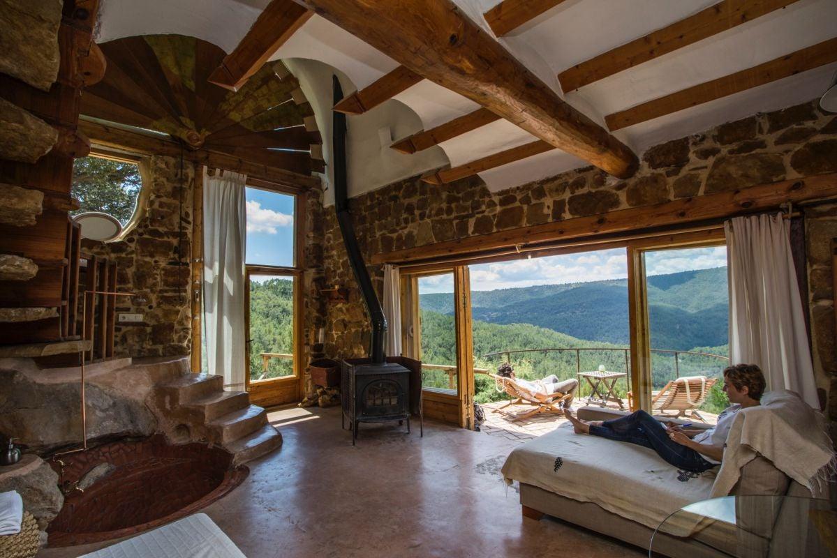 Interior de la habitación El Barco de la casa rural Mar de la Carrasca, en el parque natural Peñagolosa, en Castellón.
