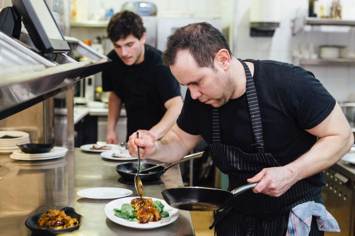 El jefe de cocina, Nacho Hernando, ultimando el plato de pie de cerdo con mollejas de ternera.