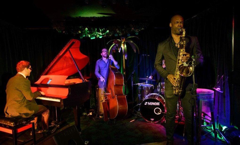 Una actuación nocturna en The Jungle Jazz Club, a ritmo de saxofón