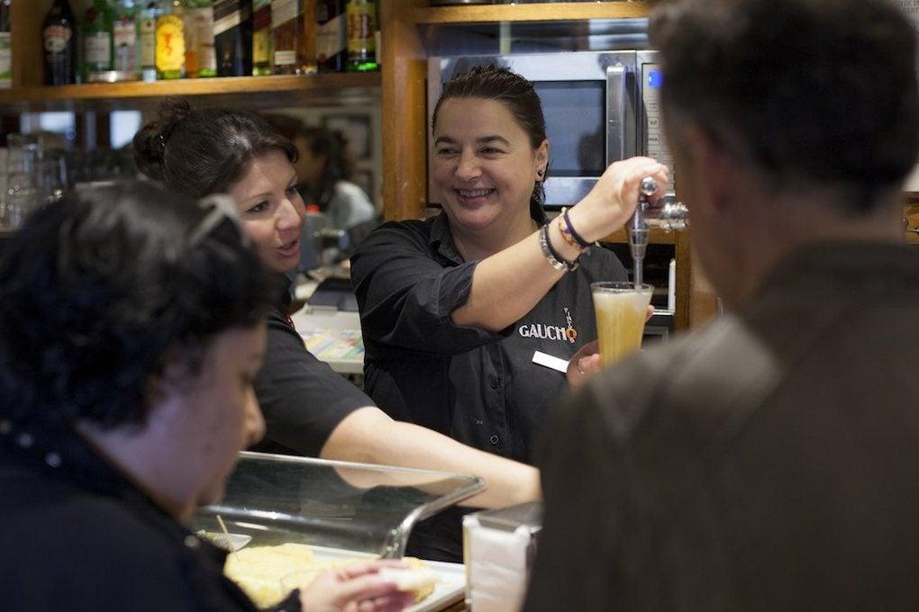Marga Portas trabajando en el 'Bar Gaucho' en hora punta.