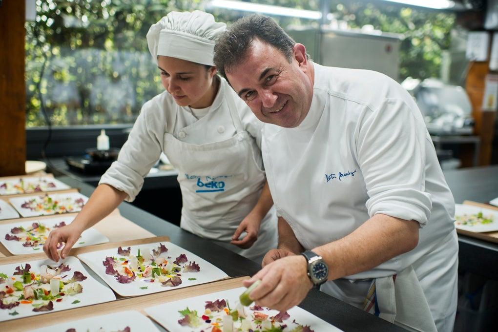 Martín Berasategui en las cocinas de su restaurante de Lasarte. Foto: Sofía Moro