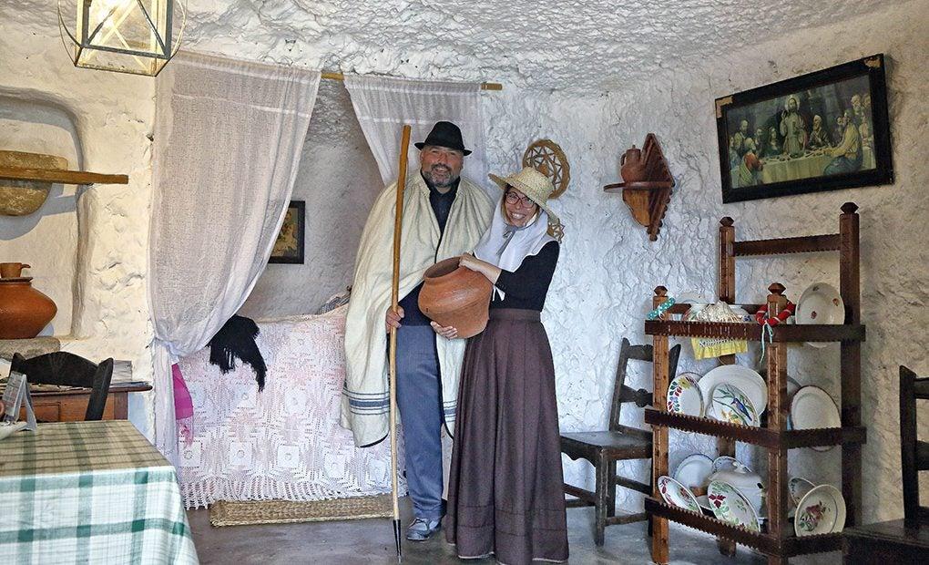 Octavio Montesdeoca y María Lezcano, vestidos con los trajes de campesinos canarios.