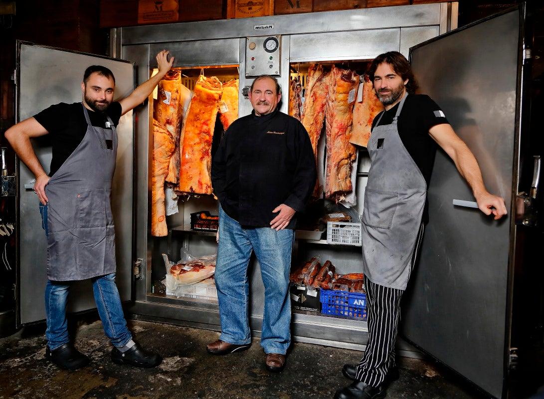 Matías Gorrotxategi con sus hijos junto a la nevera con la mejor carne de vacuno que se asa en 'Casa Julián'.