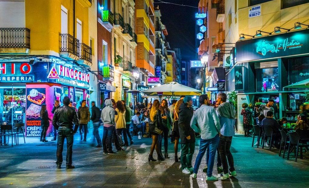 Ambiente animado por la noche en las calles de Alicante.