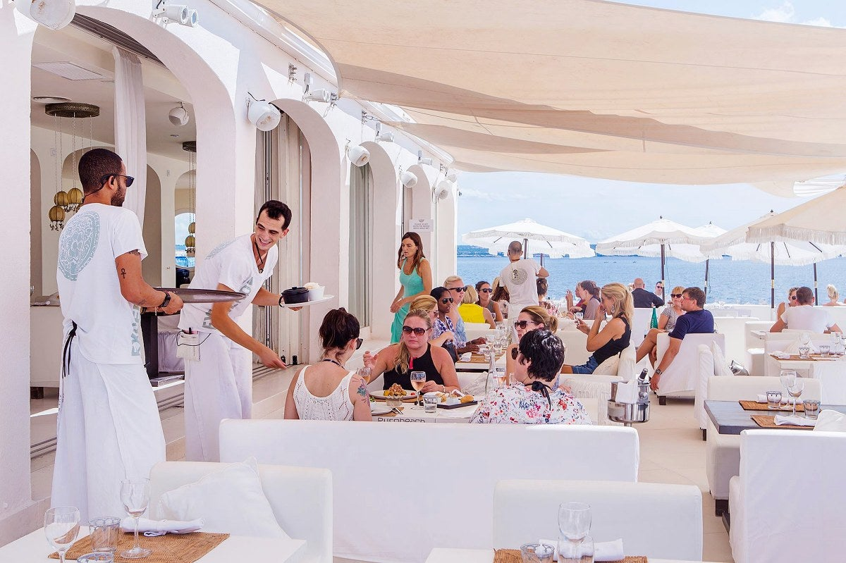 Una terraza de blanco deslumbrante con piscina construida sobre el mar es la seña de identidad del primer Purobeach. Foto: Facebook.