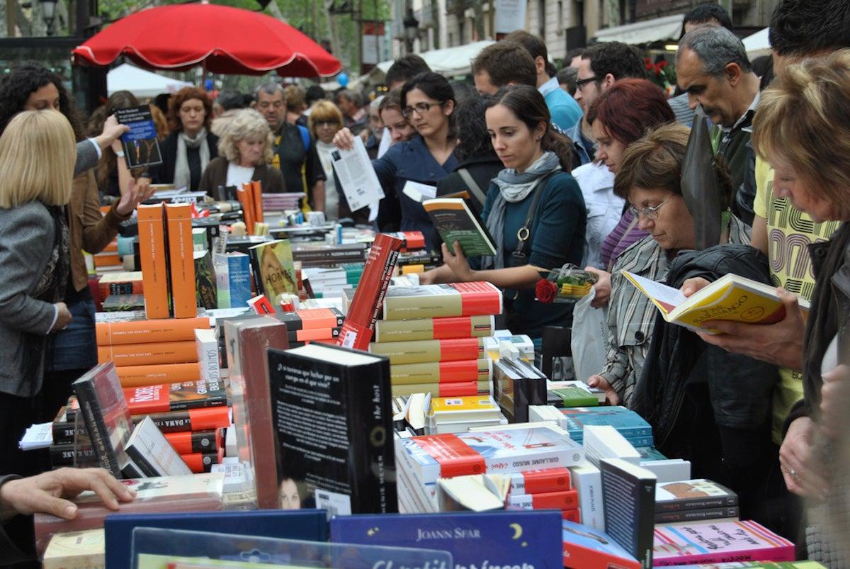 Los puestos de libros toman las calles en Sant Jordi.