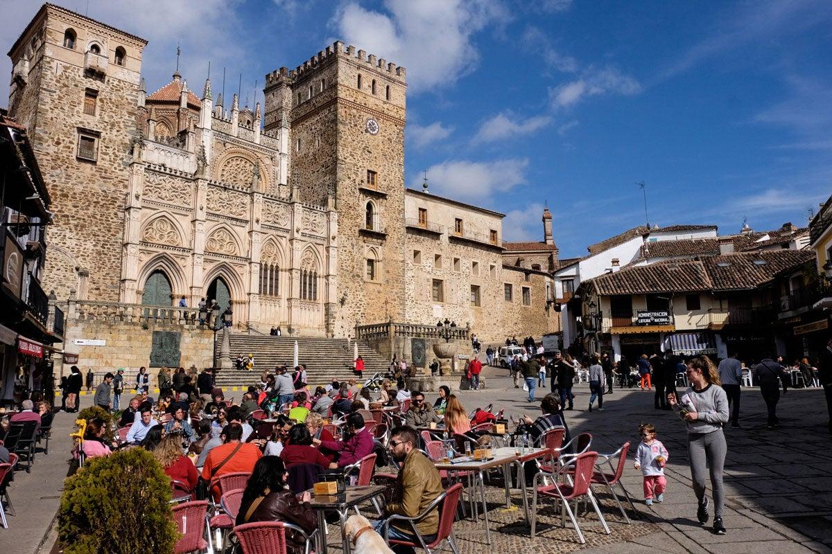 Plaza del pueblo donde se encuentra el Real Monasterio de Santa María de Guadalupe (Cáceres).