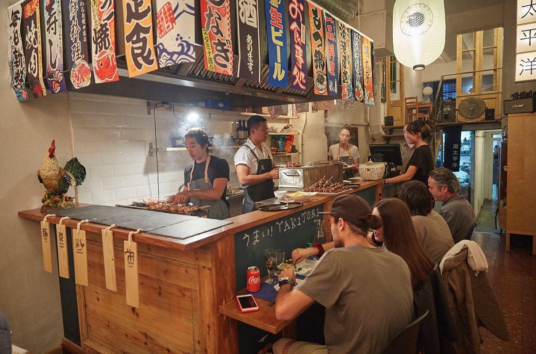 Ambiente en la barra de la parrilla japonesa, el restaurante pop up del chef Olabegoya en Poble Sec (Barcelona).
