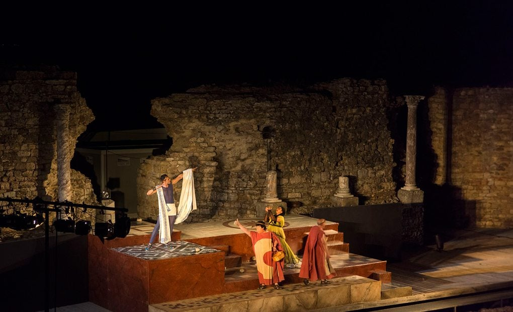 Representación nocturna en el Teatro Romano de Regina.