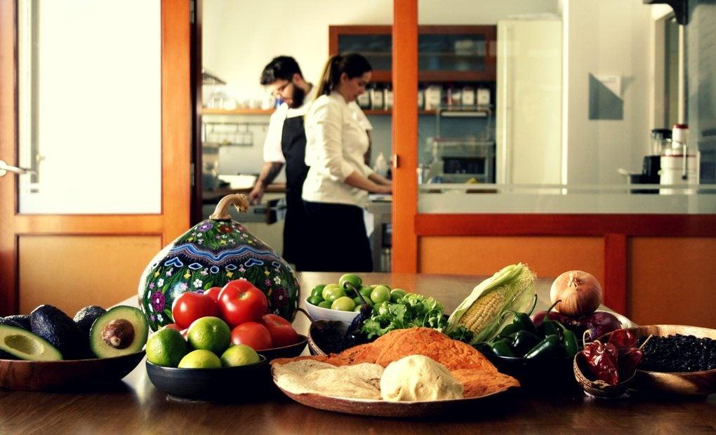 Despensa mexicana formada por verduras y frutas