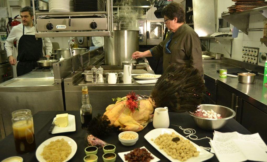 Rosa cocinando el pavo tradicional.
