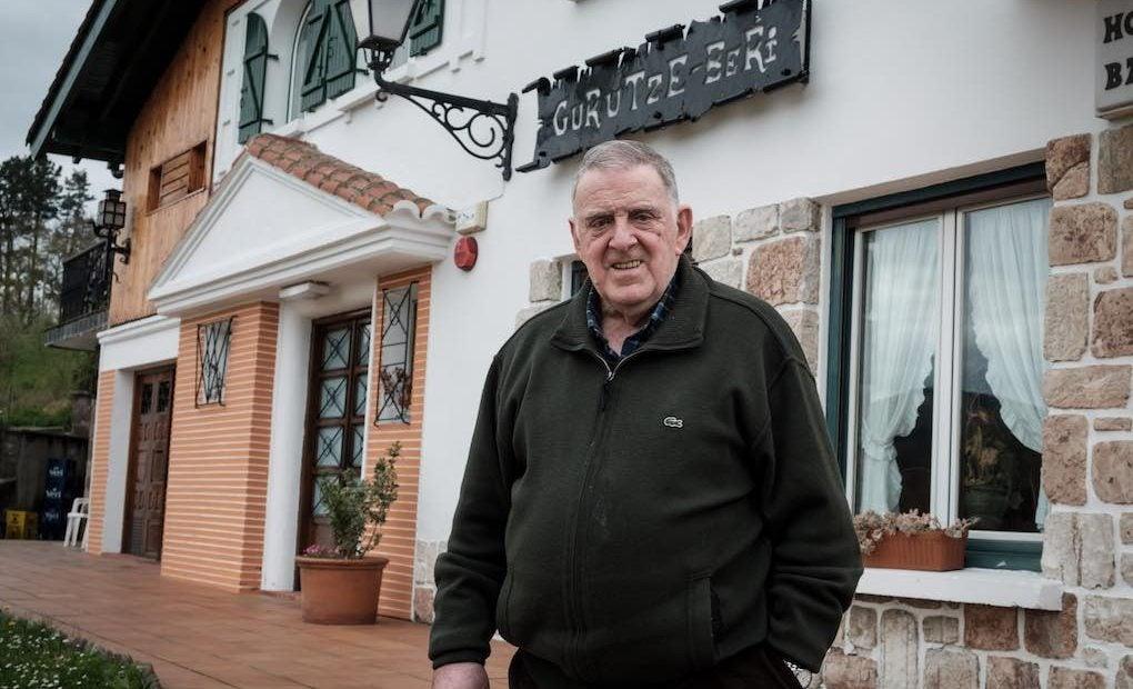 El chef junto a la entrada de su restaurante. Foto: Usoz
