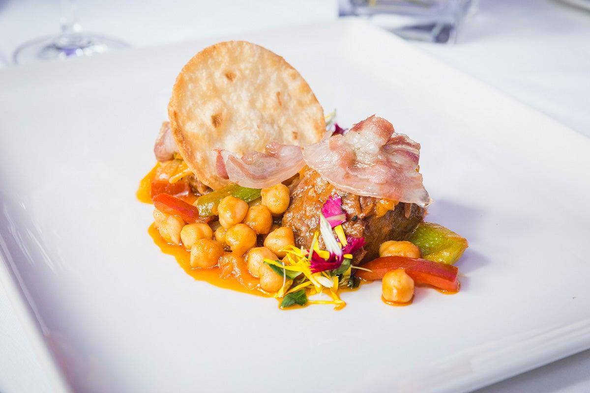 Plato de jarrete de ternera hecho en ropavieja con espuma de ibéricos y panceta de Castilla y León del 'Restaurante Oriza'.