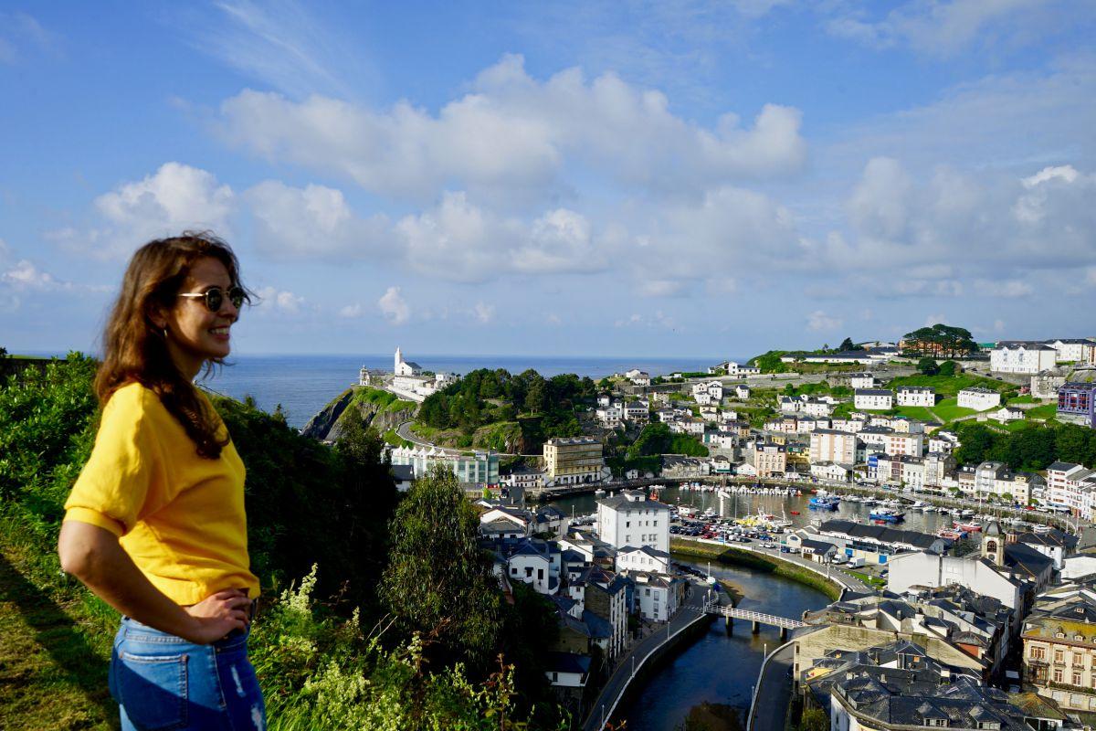 Una chica disfruta de las vistas de Luarca.