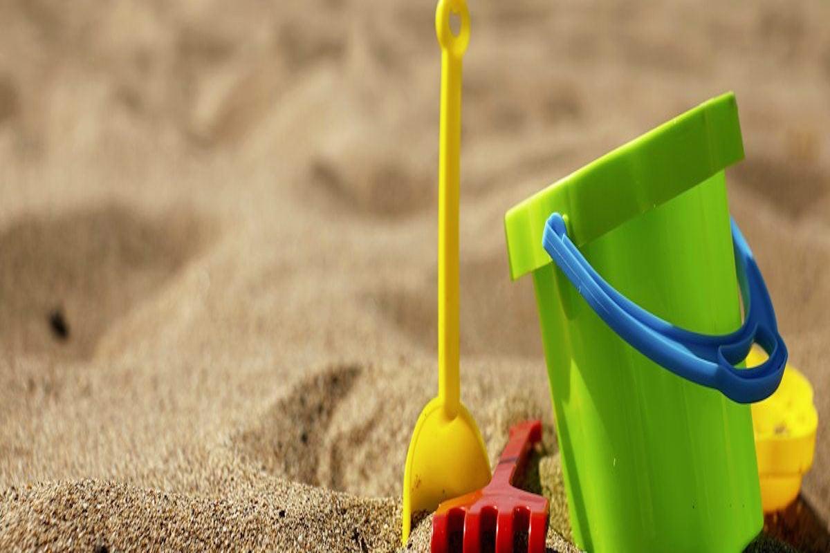 A jugar en la playa.
