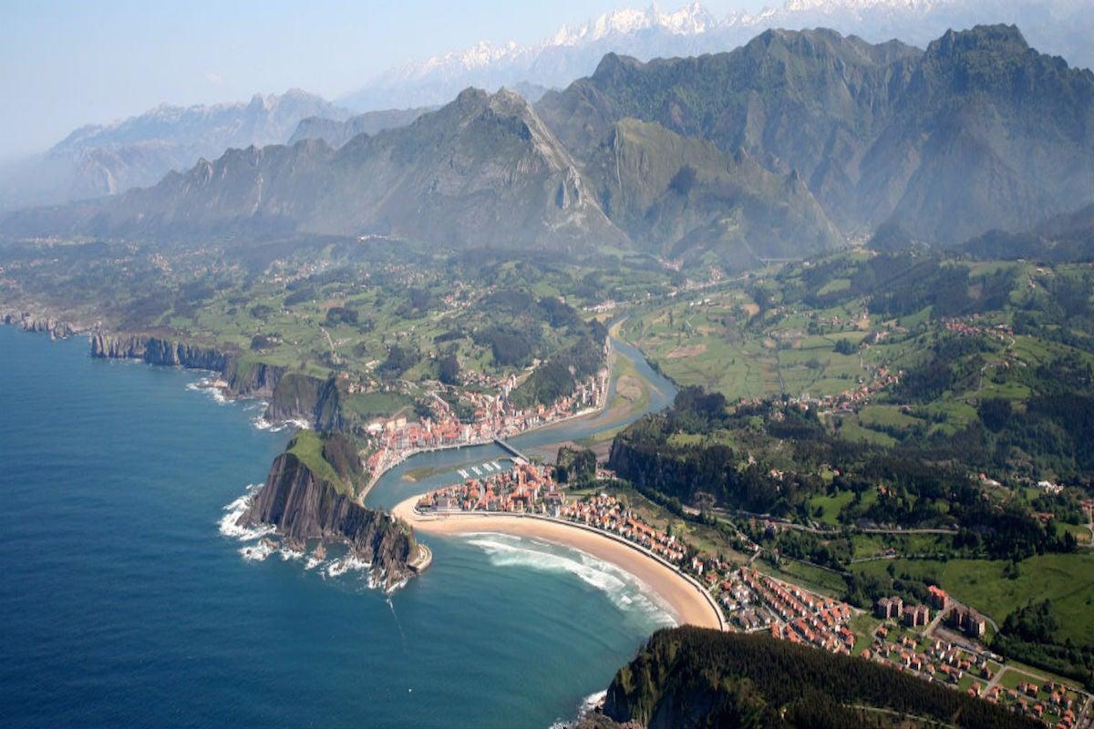 Vista de Ribadesella. Foto cedida por: Oficina de Turismo de Ribadesella.