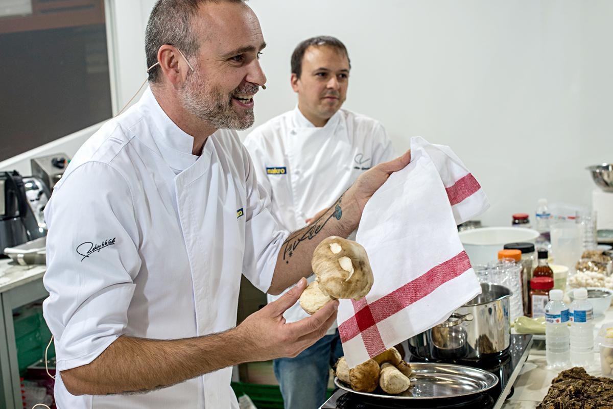El chef muestra el boletus con el que elaborará su primer plato.
