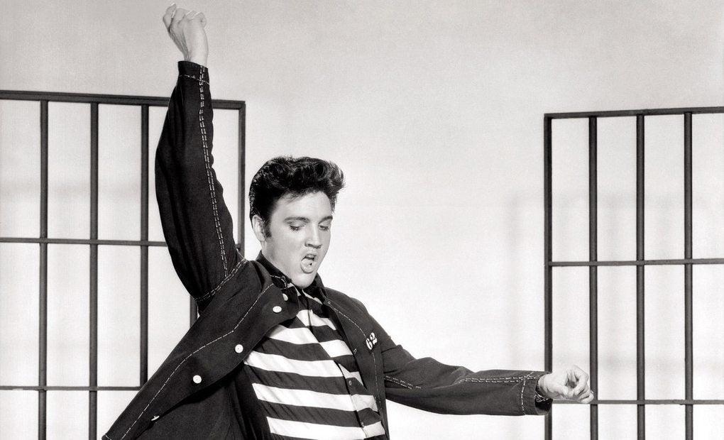 Elvis en la promoción de la película 'El rock de la cárcel'. Foto: Metro-Goldwyn-Mayer (CC).