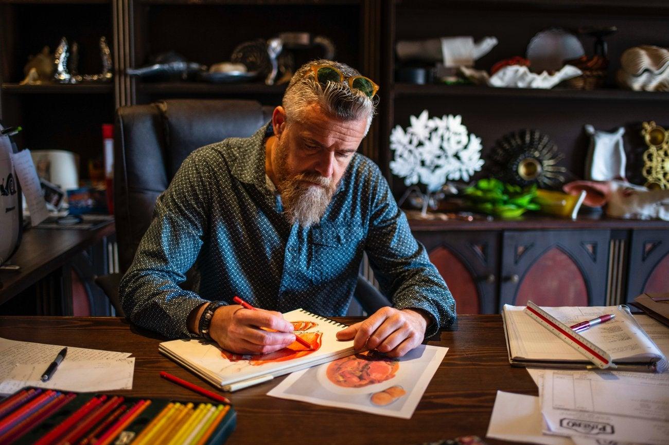 Taller de Piñero. José Miguel dibujando en su despacho.