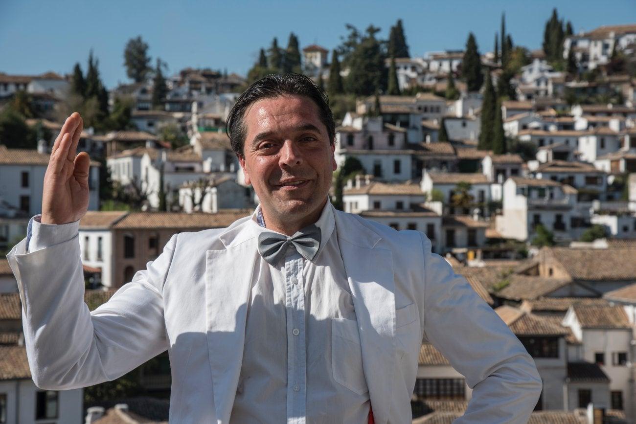 Un actor interpreta al poeta Federico García Lorca en una representación callejera en Granada.