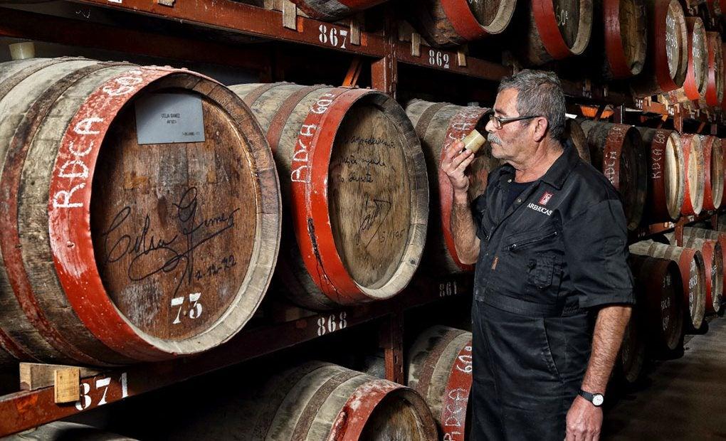 Manuel Viera, maestro de bodega, es capaz de identificar el ron oliendo los tapones de las barricas