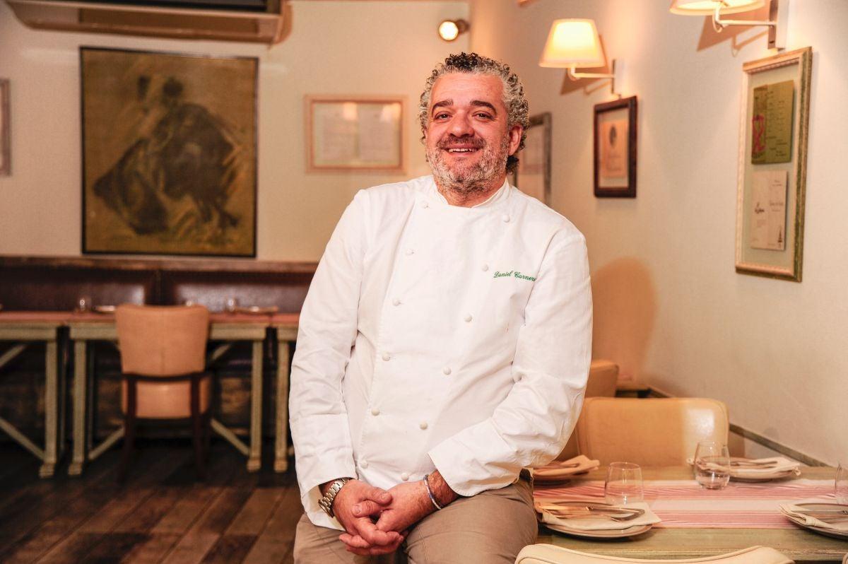 El chef Daniel Carnero posa sonriente en su restaurante. Foto: Jorge Ogalla