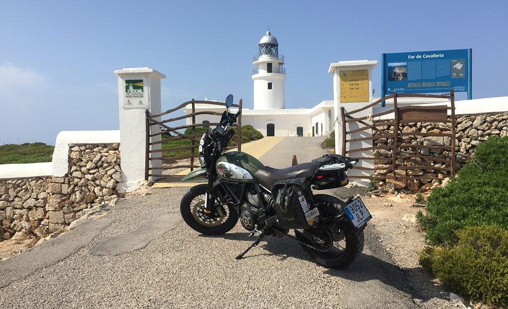 Uno de nuestros objetivos: aparcar la moto y visitar el Faro Cavalleria. Foto: Alicia Sornosa