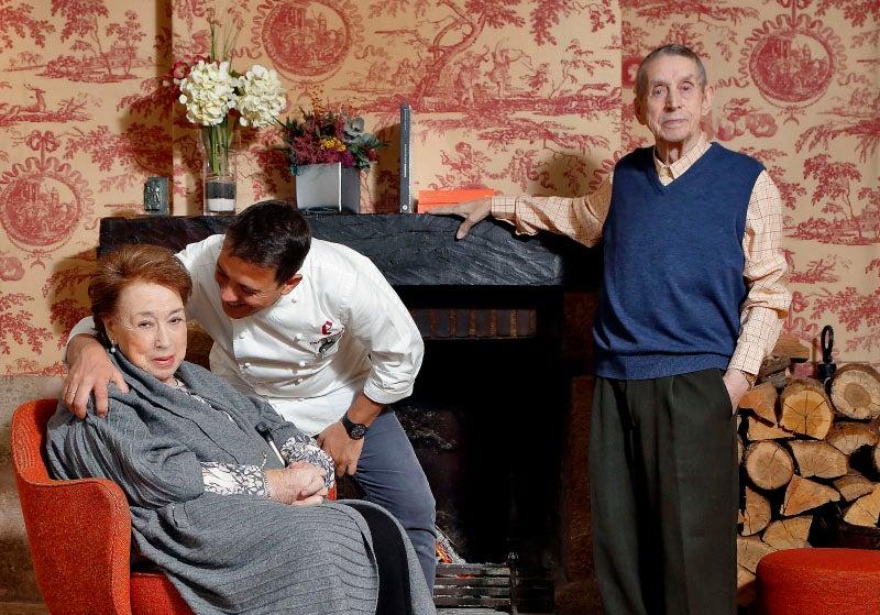 Hotel Echaurren. Francis Paniego junto a su madre, Marisa Sánchez, y su padre, Félix Paniego.