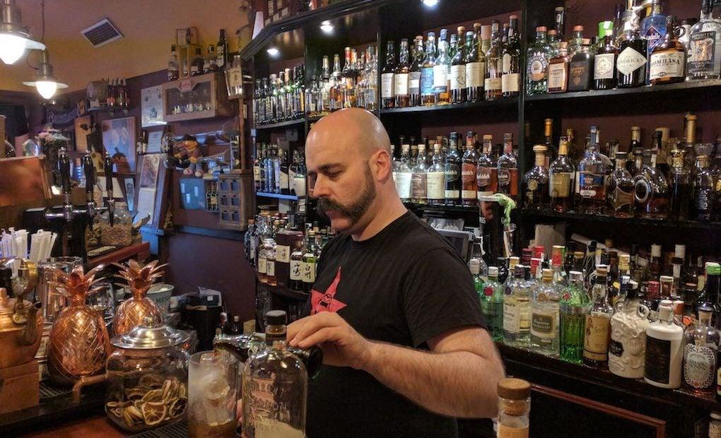 Manu Iturregi en la barra del Café Residence. Foto: José A. López Inchaurbe