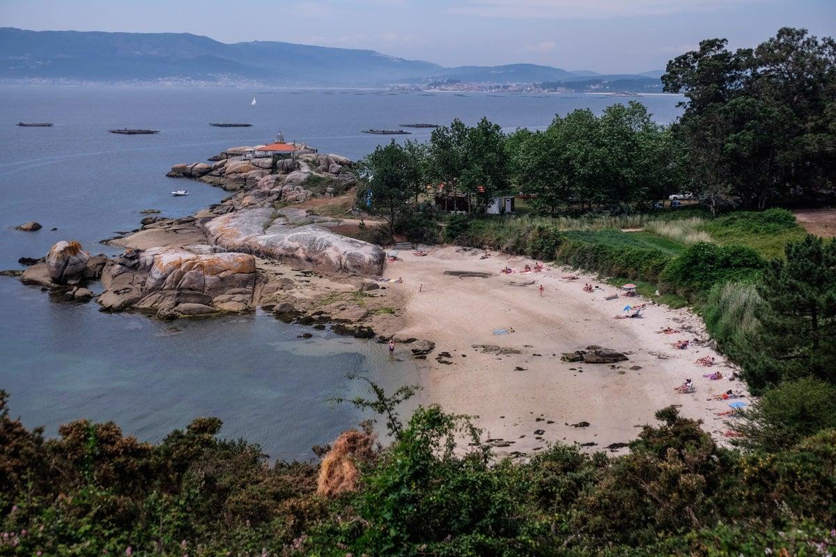 Playa, faro y bateas, uno de los espectáculos de esta isla.