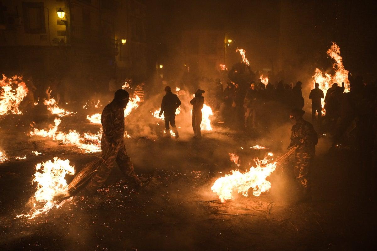 El fuego reina en la plaza principal del pueblo.
