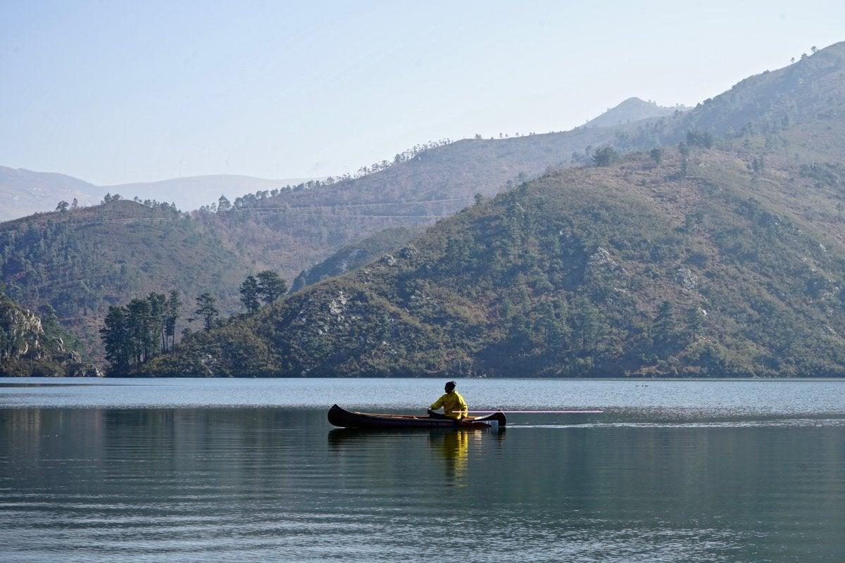 Travesía en canoa por el río Navia