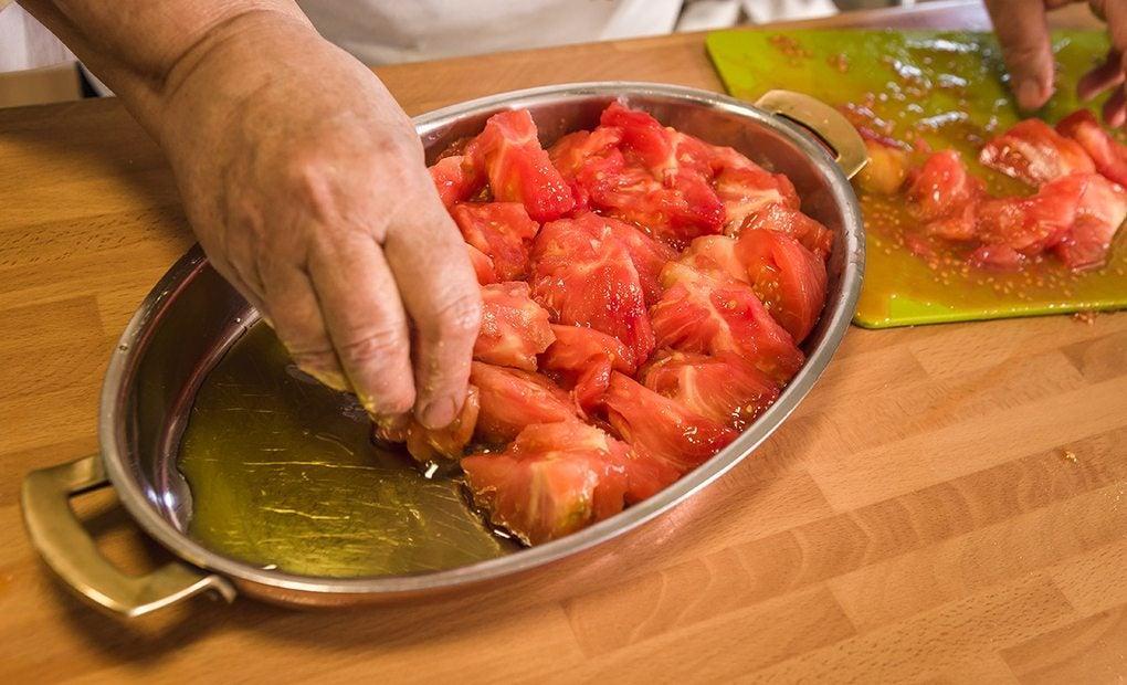 Colocando los tomates.