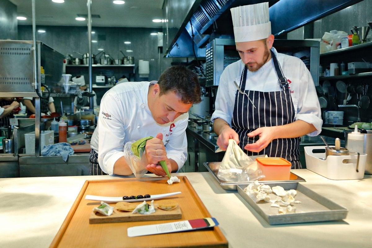 Restaurante 'El Portal de Echaurren'. Francis Paniego preparando las cortezas de merluza (1)