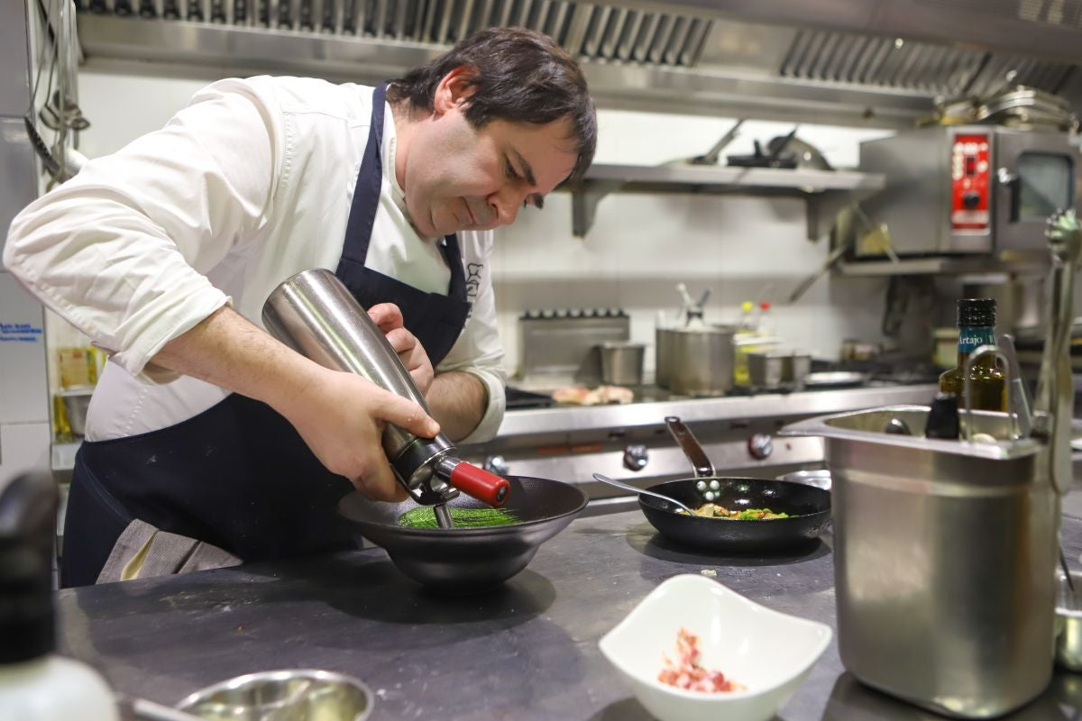 El chef Pablo Loureiro en la cocina del restaurante Casa Urola