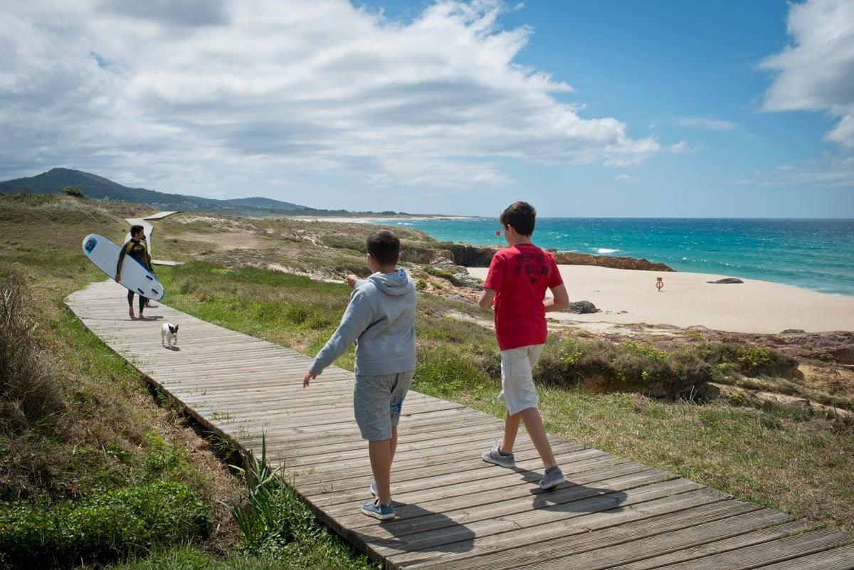 La fuertes olas de As Furnas conforman un lugar idóneo para practicar surf. Foto: Sofía Moro.
