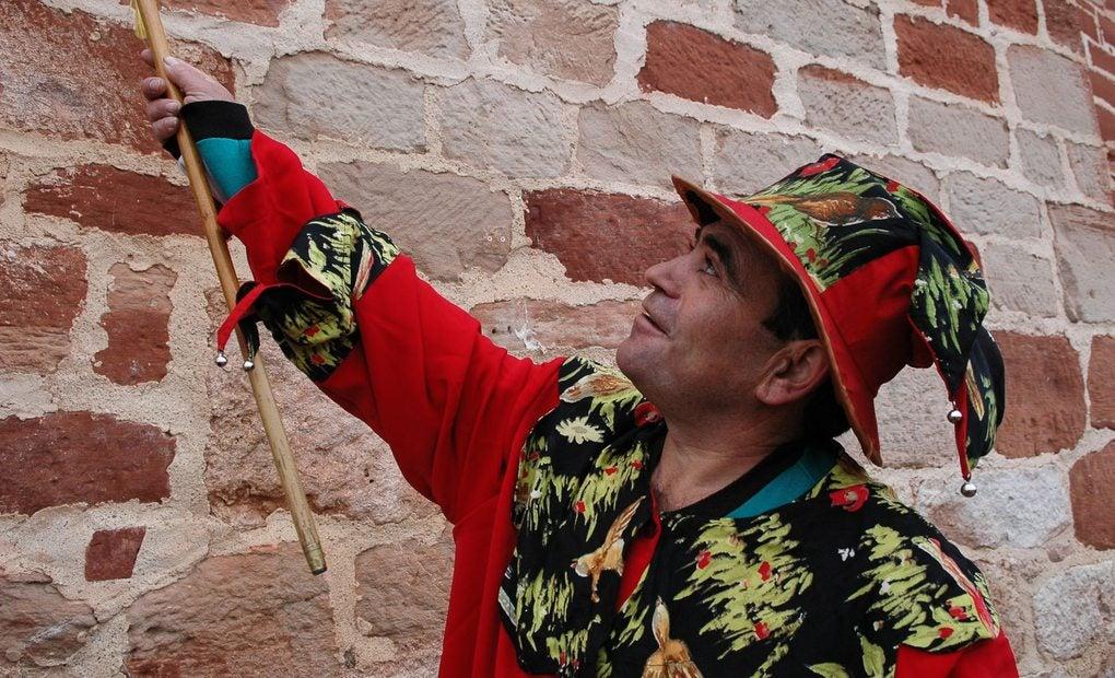 El animero mayor, con su bastón de mando cedido por el alcalde. Foto: Manuel Ruiz Toribio.