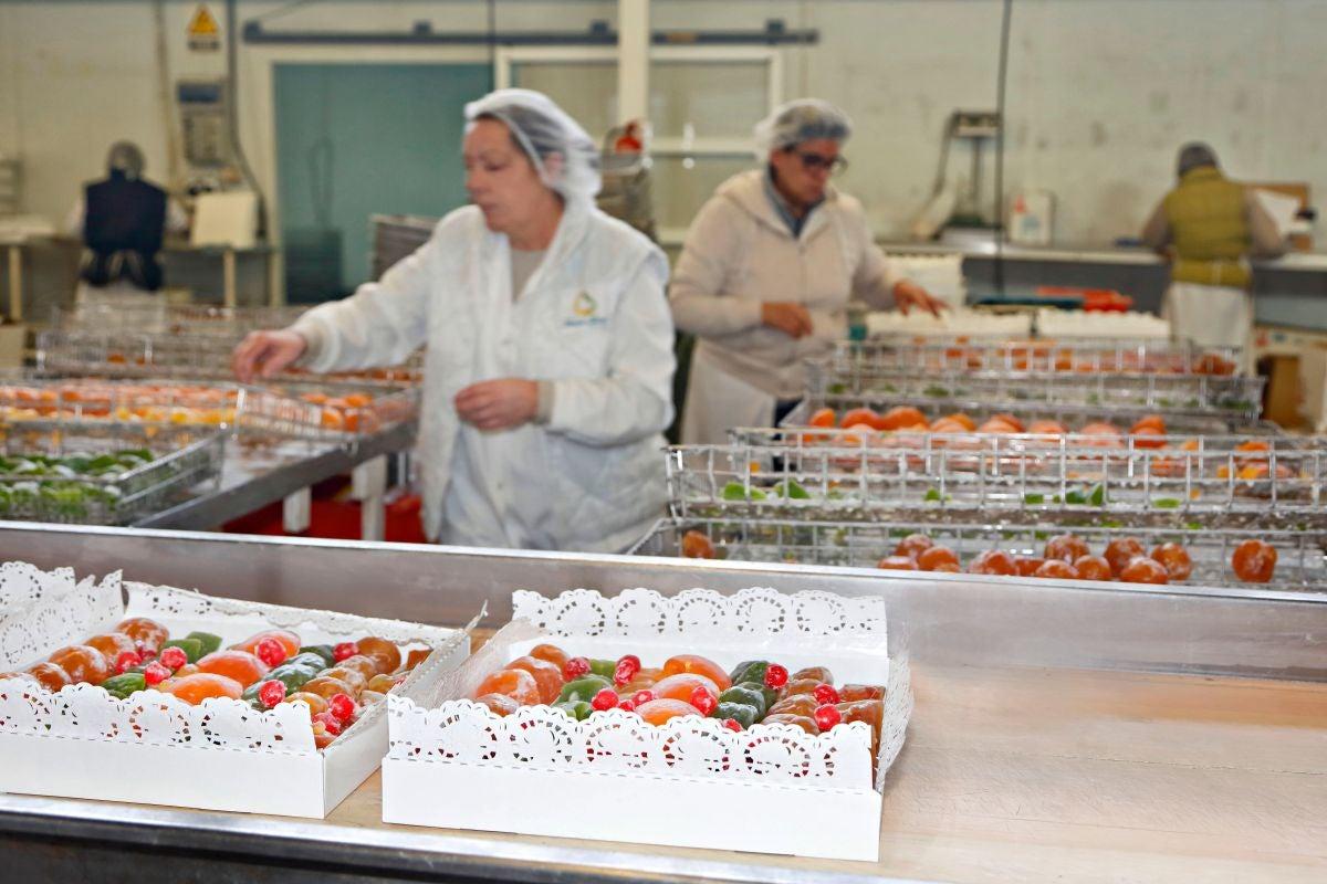 Frutas confitadas listas para la pastelería.