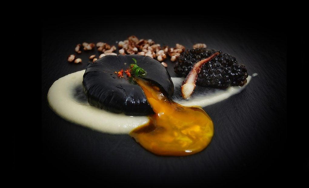 Huevo negro con caviar de sepia. Foto: Zaranda