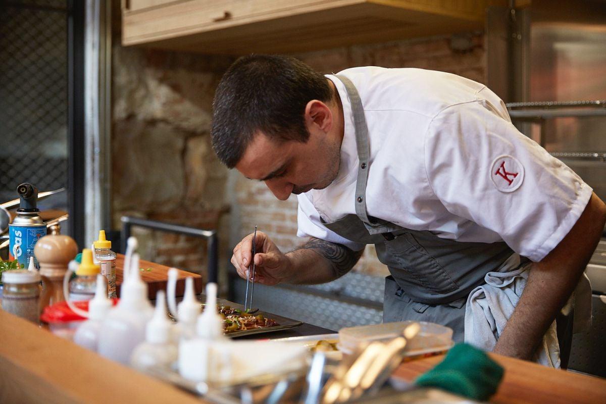 El chef Arnau Muñío prepara sus platos a la vista en la barra del restaurante Direkte La Boquería, en Barcelona.