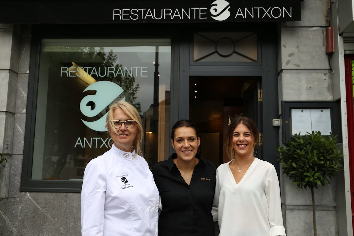 La propietaria, Ángela Basabe, junto a Sara Martín, nueva jefa de cocina, y Lucía Ruiz, jefa de sala.