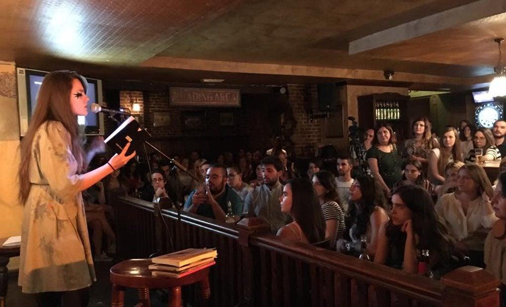 Jam Session con Adriana Hugo, lectura a pie de bar. Foto: Cosmopoética.