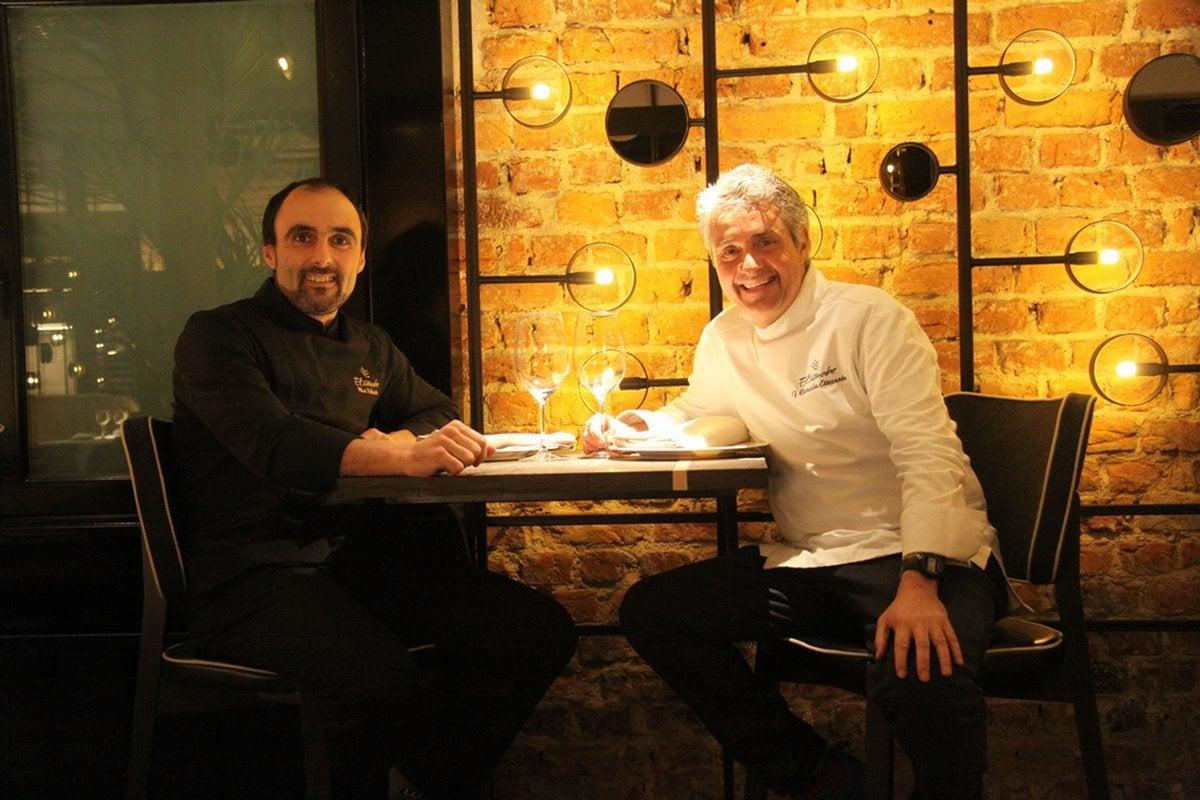 Fernando Canales con su jefe de cocina, Mikel Población, en la despensa del 'Etxanobe'. Foto: Etxanobe.