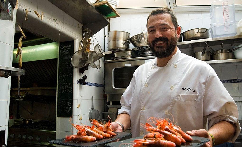 David Coca, sonriente y con el plato ya listo para comer.