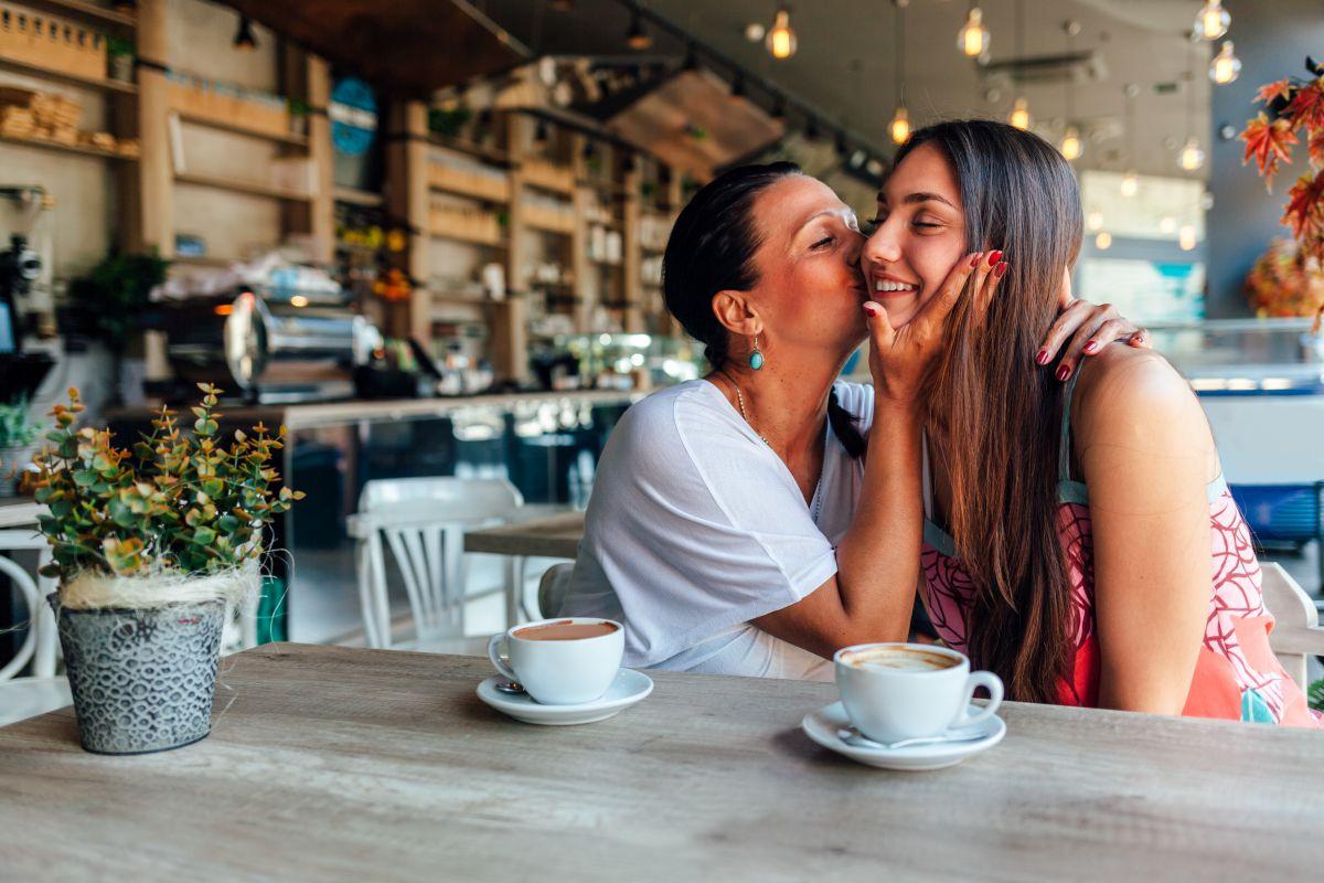 Madre e hija junto a un café.