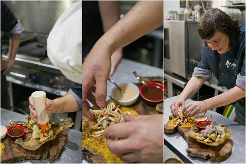 Rebeca ultimando el plato de rodaballo y cangrejitos crujientes en la cocina.