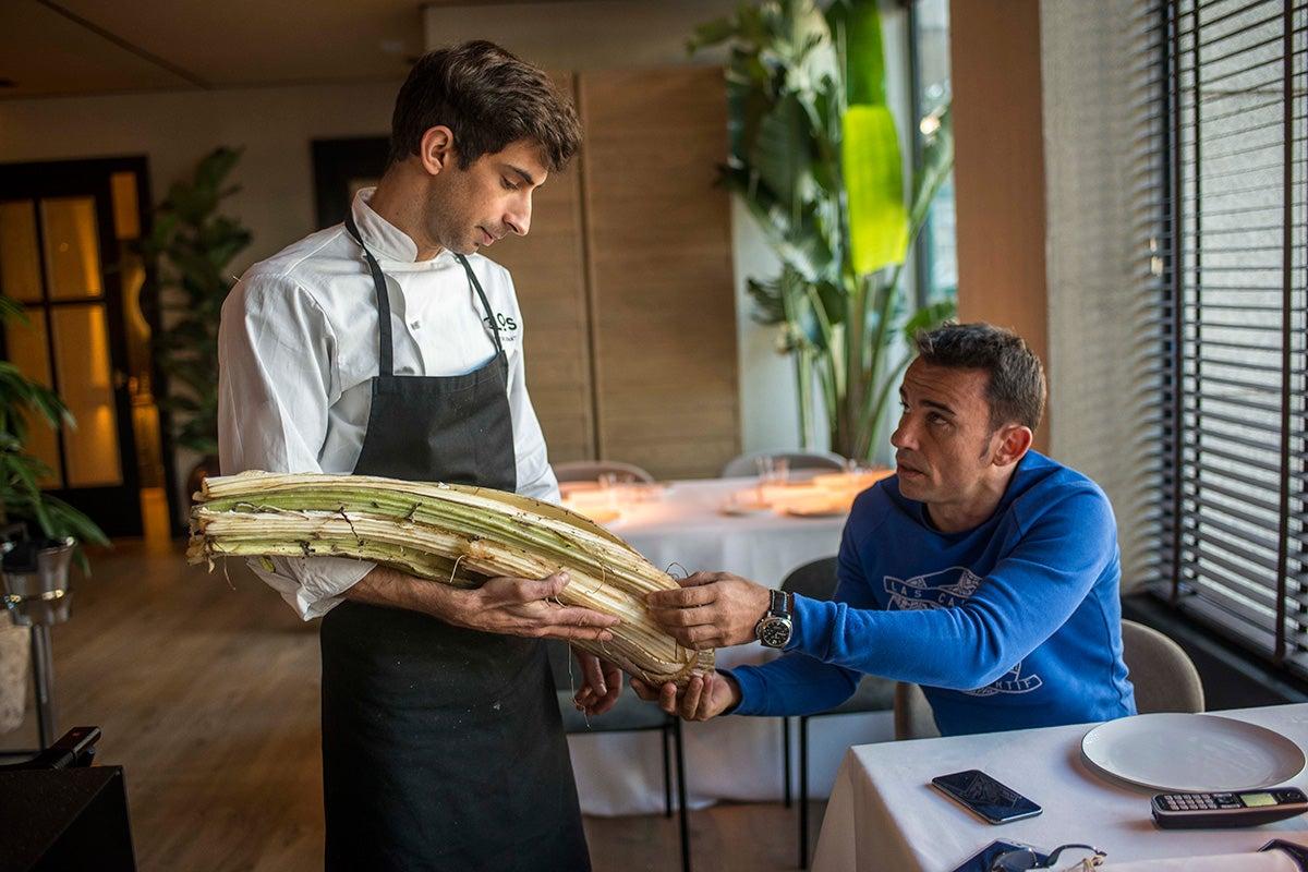 Sumiller Marcos Granda, dueño del local, y el chef Víctor Infantes.