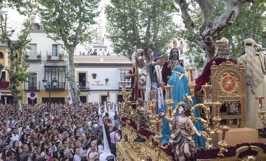 El misterio de Jesús ante Anás de la Hermandad del Dulce Nombre saliendo de la Parroquia de San Lorenzo. Foto: Ayuntamiento de Sevilla